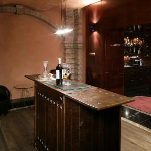Prosto z baru można przejść do winiarni, aby zmienić nieco nastój i... paletę smaków. W odróżnieniu od pełnego przepychu baru, winiarnia ma nieco surowy charakter, który nadają jej m.in. ściany wykończone tynkiem dekoracyjnym (Impex Color). Fot. Monika Filipiuk.