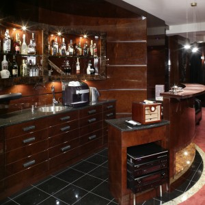 Wnętrze o charakterze klubowym. Miejsce szczególne, idealne do towarzyskich spotkań przy lampce wina, czy domowej nalewce. Fot. Monika Filipiuk.