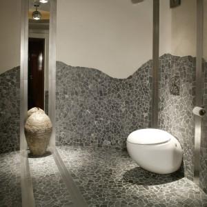 Toaleta przy wnętrzu klubowym zaskakuje swoją kamienną szarością i nietypowym kształtem – ściany są tu ułożone po linii okręgu. Wszystkie elementy wnętrza (nawet ceramika, Laufen) nawiązują do formy koła lub kuli. Fot. Monika Filipiuk.