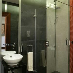 W wykonanej z dwóch szklanych tafli kabinie prysznicowej zainstalowano deszczownicę oraz – dla wygody użytkowników – rączkę natrysku. Fot. Monika Filipiuk.