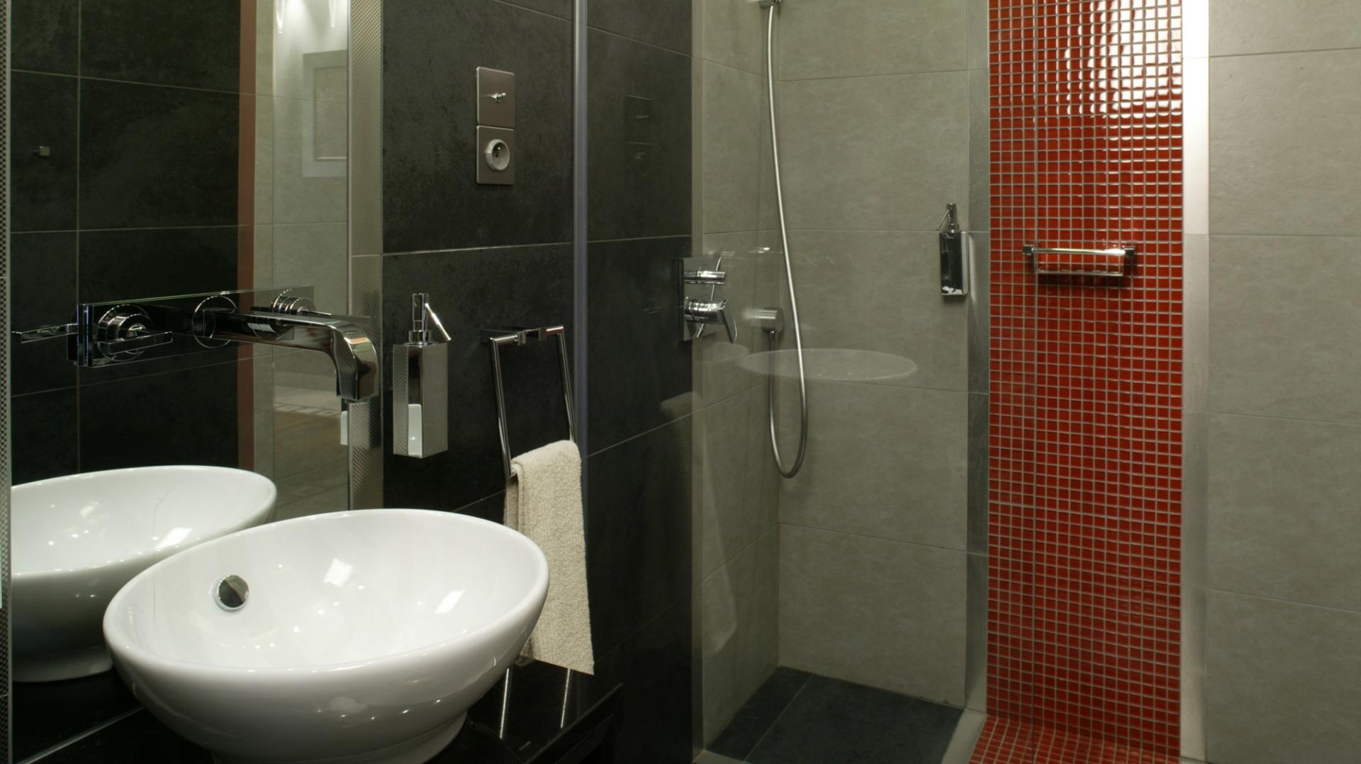 Kabina prysznicowa bez tradycyjnego brodzika. Zamontowana w płaszczyźnie podłogi stalowa kratka, osłaniająca odpływ, dobrze komponuje się z podłogową okładziną – jest niemal niewidoczna. Fot. Monika Filipiuk.
