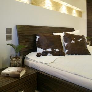 Minimalistyczny sposób aranżacji sypialni, ożywia awangardowe siedzisko obite skórą cielaka (Natuzzi). Ta sama skóra pojawia się również na poduszkach. Fot. Bartosz Jarosz.