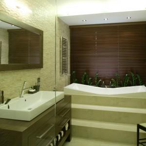 Szafkę pod umywalką i ramę lustra wykonano z drewna wenge. Szerokość lustra odpowiada wymiarowi szafki. Fot. Bartosz Jarosz.