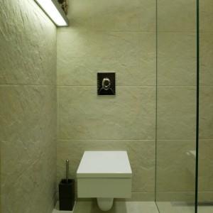W zdominowanej przez proste, geometryczne formy łazience sedes nie mógł mieć kształtu innego niż prostokątny. ściany pokrywa gres o nierównej, magmowej fakturze. Fot. Bartosz Jarosz.