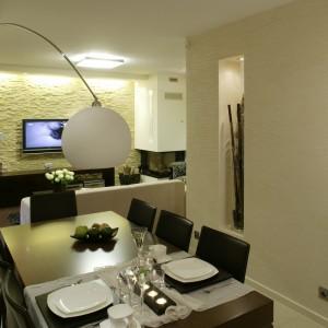 Jadalnia, podobnie jak cała przestrzeń salonu, została urządzona w minimalistycznym stylu i z dużą konsekwencją – nawet najdrobniejsze detale mają geometryczną, czystą formę. Fot. Monika Filipiuk.