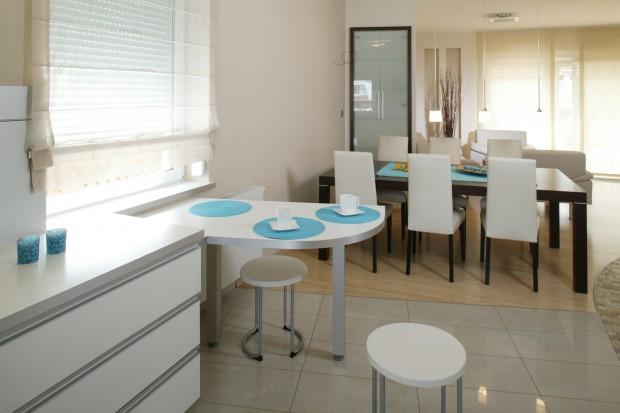 Niebieski kolor: ożywi białą kuchnię i jadalnię