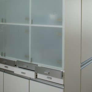 Szklane fronty części zabudowy kuchennej, wzmacniają w pomieszczeniu poczucie sterylności. Fot. Monika Filipiuk.