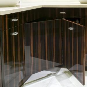 Dobudowana ścianka, przy której stoi jedna z umywalek, kryje wewnątrz stelaż instalacyjny sedesu (znajduje się po drugiej stronie). Wyznacza także kąpielową część łazienki z wanną oraz kabiną prysznicową. Fot. Monika Filipiuk.