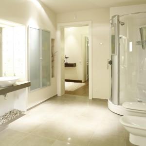 """Jeden z kątów łazienki """"zajęła"""" komfortowa, narożna kabina, wyposażona w panel prysznicowy, lustro i wyprofilowane miejsce do siedzenia. Fot. Bartosz Jarosz."""