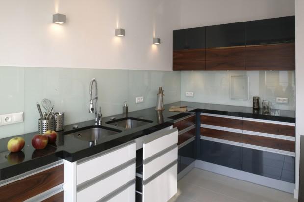 Meble kuchenne: skontrastuj biel i czerń