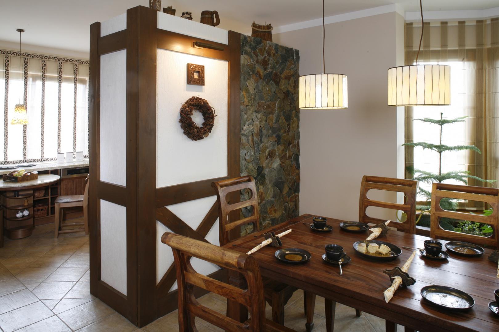 Strefa jadalniana od kuchennej została oddzielona przez projektantkę dekoracyjną ścianką. Fot. Monika Filipiuk.