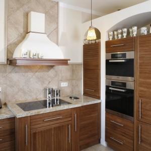 Fronty kuchennych szafek wykonano z dębowych, barwionych i olejowanych deseczek. Fot. Monika Filipiuk.