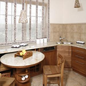 Stolik śniadaniowy jest stałym elementem zabudowy kuchennej. Fot. Monika Filipiuk.