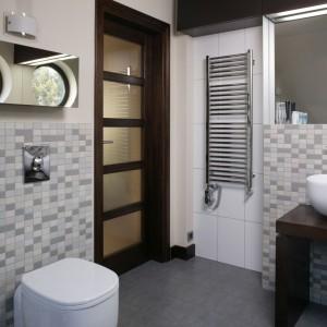 Architekt bardzo serio potraktował każdy szczegół łazienkowej armatury: krany, kurki, głowica prysznica idealnie się ze sobą komponują. Dzięki szlachetnym, skondensowanym formom prezentują się niczym eksponaty w muzeum sztuki nowoczesnej. Fot. Bartosz Jarosz.