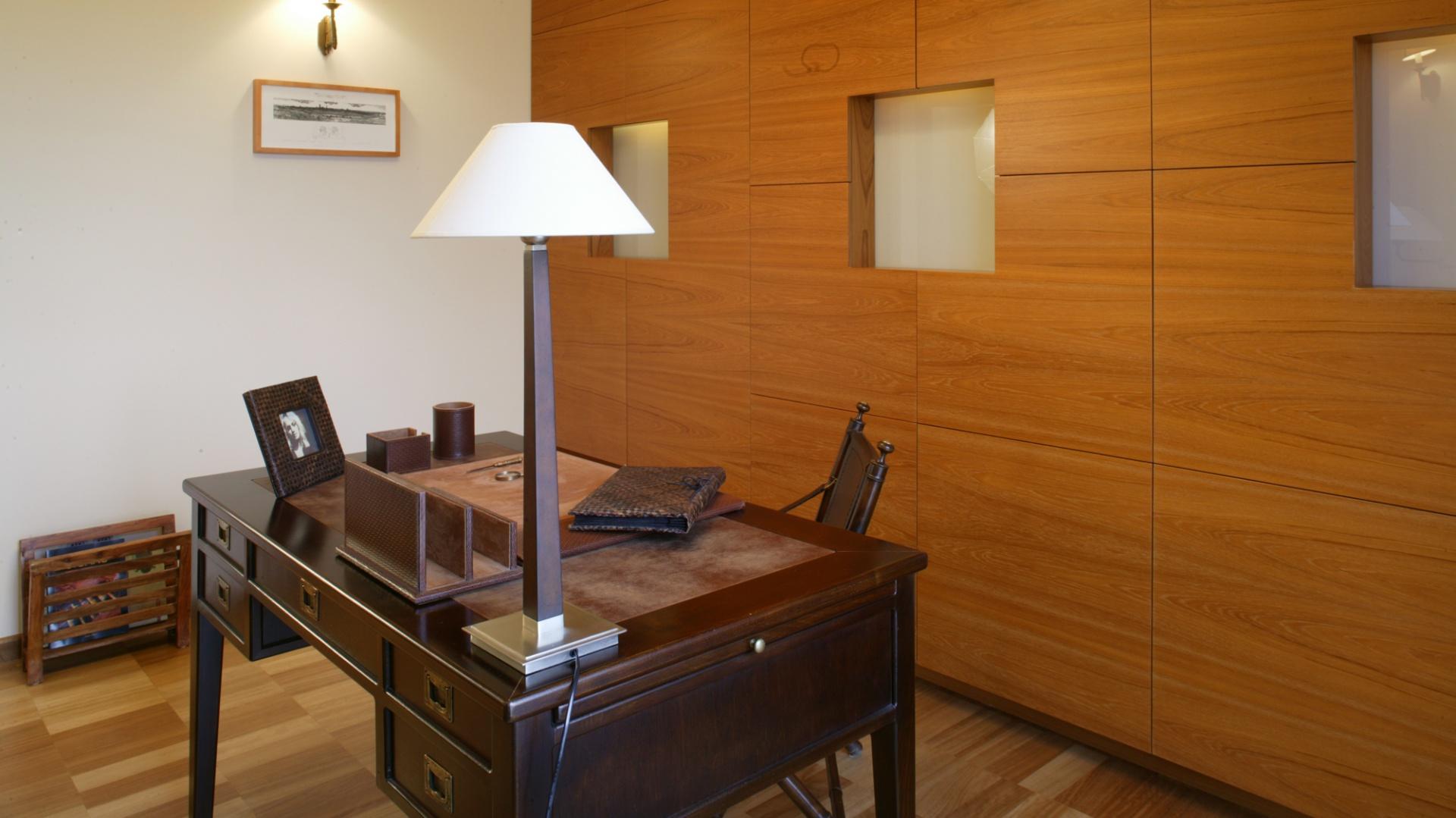Z biurkiem w stylu kolonialnym doskonale harmonizują pozostałe meble i dodatki: eleganckie krzesło gabinetowe oraz skórzany fotel, skórzana ramka i stojaki na dokumenty (Almi Decor). Fot. Monika Filipiuk.
