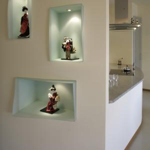 Ozdobne wnęki są wykończone artystycznie formowanym szkłem oraz podświetlone. To miejsce ekspozycji figurek przywiezionych przez gospodarzy z azjatyckich podróży. Fot. Monika Filipiuk.