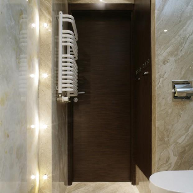 Mała łazienka z taflami onyksu na ścianach