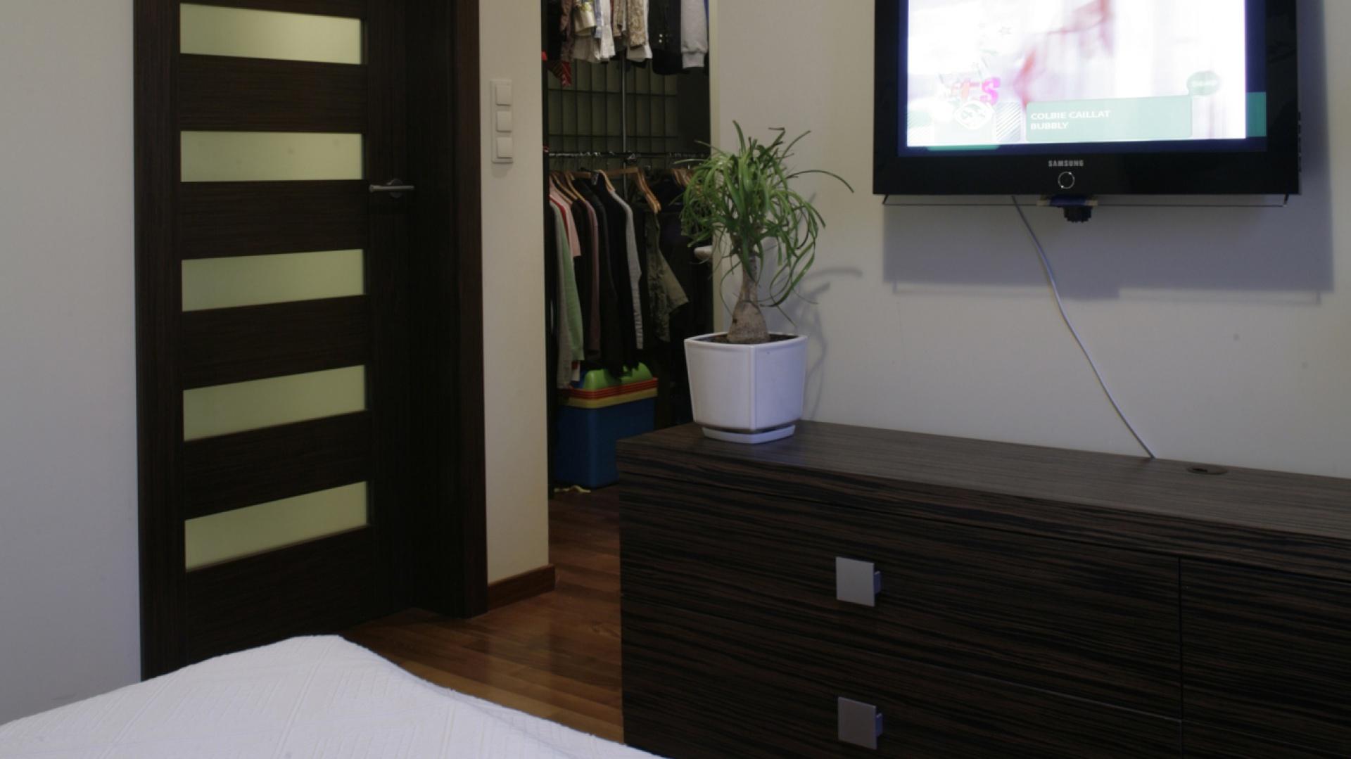 Bezpośrednio z sypialni można przejść do przestronnej garderoby, oddzielonej od części dziennej mieszkania luksferową ścianką... bądź do łazienki, zamkniętej za drzwiami ze wstawkami z satynowanego szkła. Fot. Monika Filipiuk.