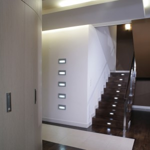 Prowadzące na poddasze schody wykonano z drewna dębowego pobejcowanego na kolor wengé. Miło jest postawić stopę na naturalnym, ciepłym stopniu. Fot. Monika Filipiuk.