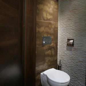 Toaleta jest utrzymana w ciemnobrązowej tonacji, którą przełamuje beż. W pomieszczeniu zastosowano dwa rodzaje płytek o rożnych fakturach. Fot. Monika Filipiuk.