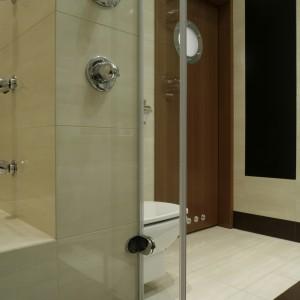Podwieszany model sedesu został zainstalowany w narożniku, po prawej stronie wejścia. Cała łazienka utrzymana jest w beżowo-brązowej tonacji. Fot. Monika Filipiuk.