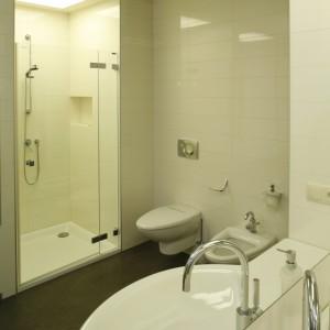 Naprzeciwko umywalki zamontowano wannę (Riho) i kabinę prysznicową (Koralle). Fot. Bartosz Jarosz.