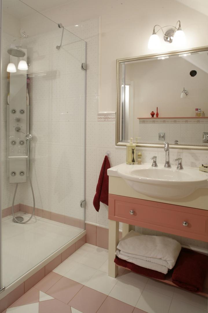 W nostalgiczny klimat łazienki wpisuje się trzyotworowa bateria retro przy umywalce. Duża kabina wyposażona w panel prysznicowo-masażowy zapewnia komfort kąpieli.  Fot. Monika Filipiuk.