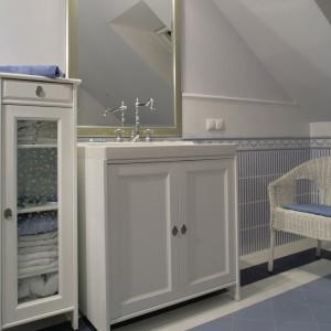 Białe szafki – podumywalkowa i stojąca obok ze szklanymi drzwiczkami  pochodzą z oferty IKEA. Razem z efektowną ramą lustra tworzą kompozycję godną XIX-wiecznej gotowalni. Fot. Monika Filipiuk.