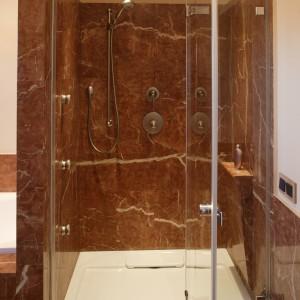 Na kabinę prysznicową przeznaczona została przestronna wnęka. Dysze podtynkowe pozwalają skorzystać z hydromasażu. Fot. Bartosz Jarosz.