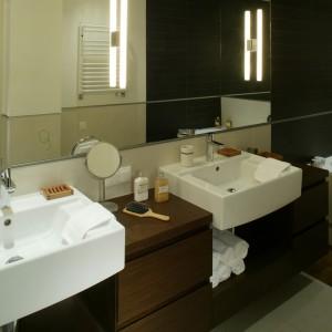 Szafkę, na której stoją umywalki, wykonano na zamówienie z drewna wenge. Jej konstrukcja to układ przestronnych wnęk i zamkniętych szuflad, w których mieszczą się wszystkie akcesoria, z ręcznikami włącznie. Fot. Monika Filipiuk.