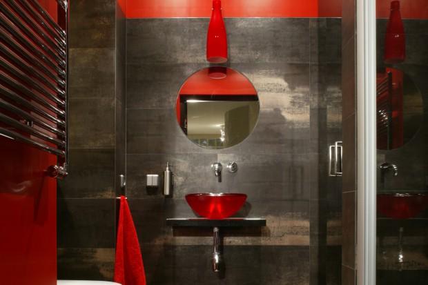Ożyw łazienkę mocnymi kolorami. Polecamy szary i czerwony!