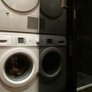 W szafie z drzwiami z przydymionego szkła ukryte zostały pralka i elektryczna suszarka. Po ich zamknięciu nic nie zdradza obecności tych urządzeń. Fot. Monika Filipiuk.