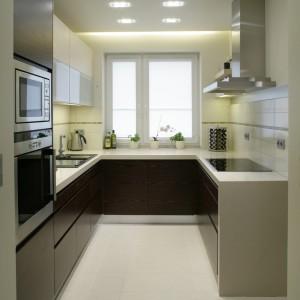 Podłoga w kuchni została wykończona płytami polerowanego gresu w jasnobeżowym odcieniu. Dodają kuchni blasku i ciepła. Fot. Bartosz Jarosz.