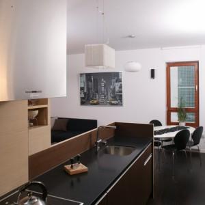 Panele z dębowego drewna, które dzięki specjalnej obróbce nabrało intrygującej, ciemnej barwy, pokrywają podłogę w całym mieszkaniu. Fot. Bartosz Jarosz.