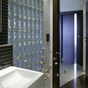 Łazienka znajduje się w dziennej strefie mieszkania. Wyróżnikiem prowadzących do niej drzwi jest okienko-bulaj. Fot. Bartosz Jarosz.