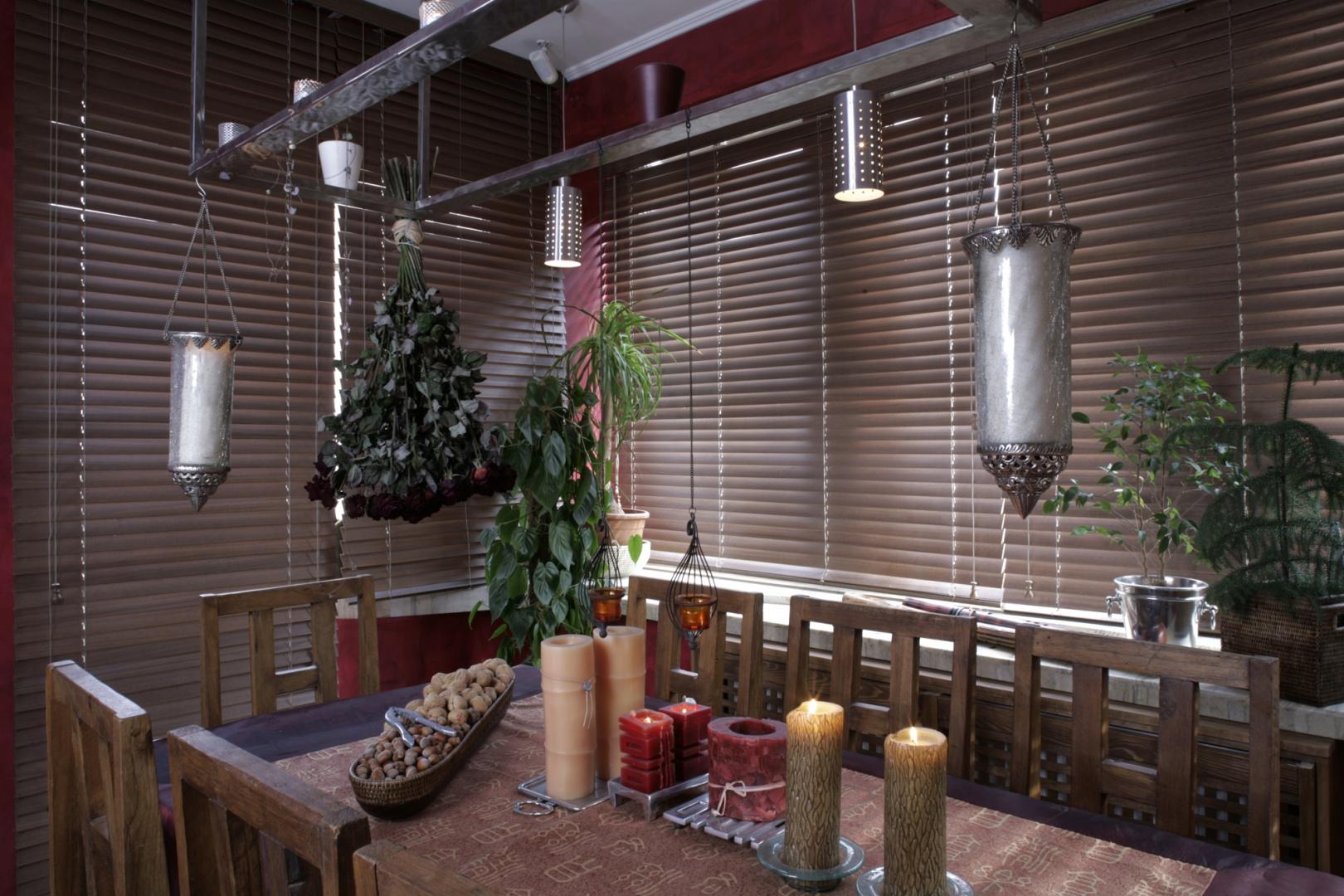 Jadalnię zaaranżowano w zacisznym, wypełnionym żywymi kwiatami kąciku, w którym stanął prosty stół i komplet ośmiu krzeseł – również dzieło chińskich stolarzy. Nad stołem zawieszono stalową konstrukcję – praktyczną ramę, na której można zawieszać orientalne lampy i ustawiać nastrojowe świece. Fot. Monika Filipiuk.