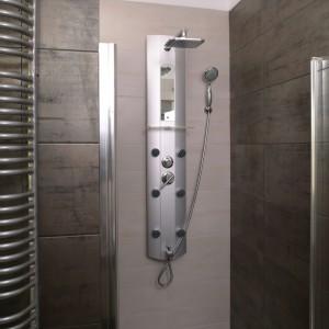 """Panel prysznicowy wyposażony jest w dysze do  hydromasażu. Przyjemność czerpaną z natrysku można dodatkowo zwiększyć włączając opcję """"deszczu"""". Fot. Bartosz Jarosz."""