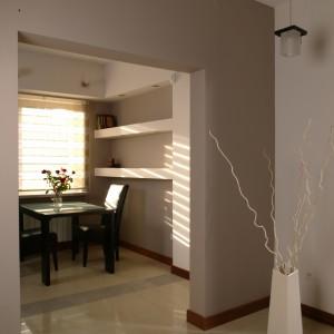Na wprost wejścia do kuchni, pod oknem zaaranżowano kącik śniadaniowy. Stolik ze szklanym blatem i tapicerowane skórą krzesła nadają mu elegancki charakter. Fot. Bartosz Jarosz.