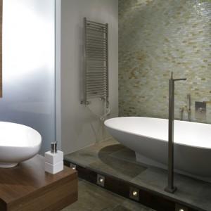 Misa umywalki w pewnym stopniu nawiązuje do kształtu wanny. Nie bez powodu więc zostały  umieszczone równolegle względem siebie. Fot. Monika Filipiuk.