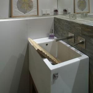 Prostopadłościenna bryła umywalki Catalano może być używana do ręcznego prania, na przykład bardzo delikatnej bielizny. Została ona wyposażona w kamienną tarę, która pełni raczej funkcję staroświeckiej dekoracji, niż praktycznego sprzętu. Fot. Monika Filipiuk.