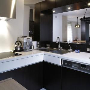 Minimalizm w czystej postaci i nacisk na wygodną na co dzień funkcjonalność. W kuchni zastosowano trzy rodzaje materiałów: naturalną okleinę, kontrastujące z nią lakierowane płyty mdf oraz chłodną,  połyskującą stal. Fot. Monika Filipiuk.