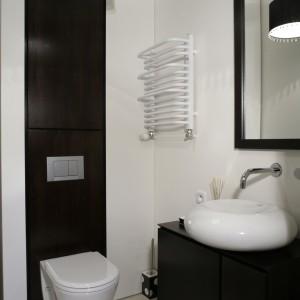 Toaleta na parterze, przeznaczona dla gości. Ilość barw, po raz kolejny, została ograniczona do minimum: występuje tu wyłącznie ciemny brąz mebli (ze sprytnie poukrywanymi szafkami) oraz biel ścian i ceramiki (Duravit). Fot. Monika Filipiuk.
