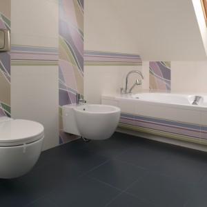 Pozioma dekoracyjna listwa opasuje łazienkę dookoła, integrując jej przestrzeń. Fot. Bartosz Jarosz.