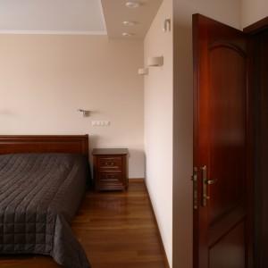 Sypialnia i salonik łazienkowy są lekko stylizowane na art déco oraz secesję. Naturalne materiały i kolorystyka oraz łagodne kształty wyposażenia wprowadzają w nastrój relaksu. Fot. Bartosz Jarosz.