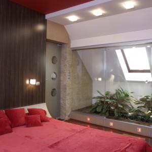 Faktura drewna pojawia się również na ścianie nad łóżkiem, pod postacią wezgłowia (laminat firmy Abet Laminati). Fot. Monika Filipiuk.