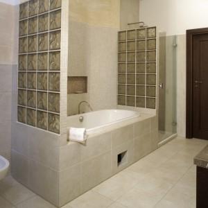 Wannę z obu stron otaczają ścianki z pustaków szklanych. Jedna z nich zamyka jednocześnie kabinę prysznicową. Fot. Monika Filipiuk.