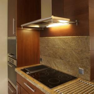 Oderwana od głównego ciągu zabudowy strefa gotowania została profesjonalnie wyposażona. Wszystkie urządzenia AGD w tej kuchni pochodzą z oferty firmy Miele. Fot. Bartosz Jarosz.