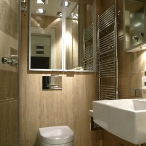 Gościnna toaleta to równocześnie łazienka pana domu. We wnętrzu znajdziemy niezbędne wyposażenie – szafki na łazienkowe akcesoria, kabinę prysznicową i lustra, szczególnie przydatne w codziennej toalecie. Fot. Bartosz Jarosz.