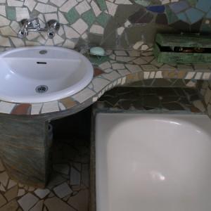 Przedłużony blat umywalki utworzył funkcjonalną półkę. Pod nim zaś, na obudowie wanny, powstał praktyczny schowek. Fot. Bartosz Jarosz.