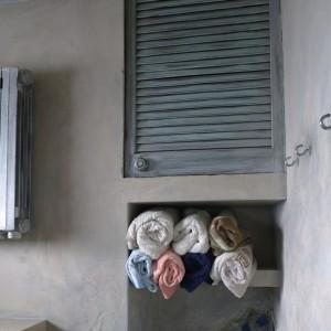 Za intrygującymi drzwiczkami kryje się zwykła szafka. Nawet w baśniowej łazience musi być miejsce na przechowywanie toaletowych gadżetów.  Fot. Bartosz Jarosz.